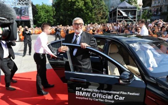 Ve Varech začal další, stále stejný filmový festival. Jeho prezident stále lže, batůžkáři stále stojí fronty a Karlovaráci jsou stále více naštvaní