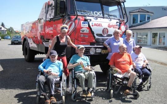 """Senioři z havířovského GrandParku navštívili několikanásobného vítěze Rallye Dakar Karla Lopraise. """"Karel je sympaťák,"""" pochvalovala si návštěvnice"""