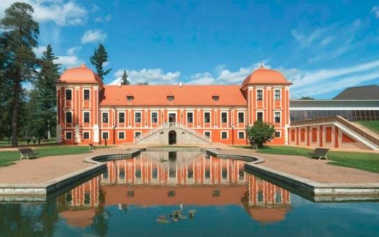 """Výstava """"Má vlast cestami proměn"""" zamíří také do Ostrova, k vidění bude ve dvoraně Ostrovského zámku. Panel města je věnován Paláci princů a jeho rekonstrukci z let 2009 až 2011"""
