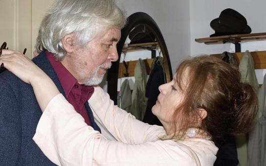 Nejmilovanější český manželský pár už zase bojuje s krutým osudem. Kdo koho vlastně opatruje víc? Série vážných zdravotních problémů nebere konce, dokonce kvůli ní odpískali i práci snů. Hádejte, kdo zaskakoval na poslední chvíli