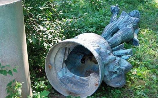 Přerovská bronzová socha Elektra, přezdívaná Světluška, je konečně zpátky v zahradě ornitologů. Je důkladně očištěná a stojí na novém, pevném podstavci