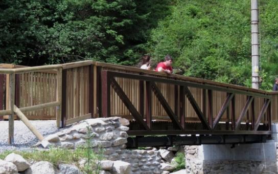 Přes řeku Vydru přejdou turisté po novém mostku, který nahradil lávku v havarijním stavu. Spojuje kemp Antýgl nedaleko Rokyty a jednu z nejnavštěvovanějších technických památek, Vchynicko-Tetovský kanál