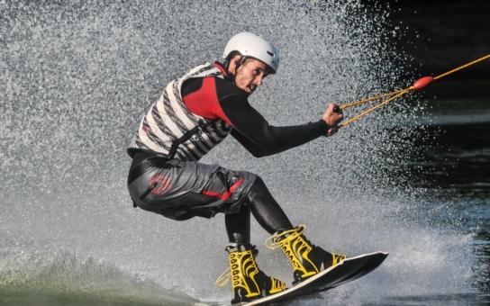 Vlek pro vodní lyžaře na Bandě u chomutovského Kamencového jezera konečně zase jezdí. Ujal se ho spolek, který ho provozoval již za předchozího nájemce