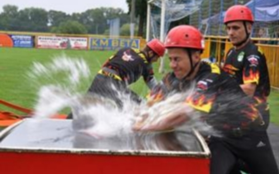 Kdo si zasloužil pohár za nejlepší kousky v hasičském sportu? Hejtman v Rohatci ocenil nejlepší soutěžící v požárním útoku. I ženy