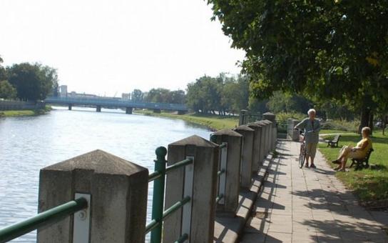 Stavba protipovodňové zídky na nábřeží Edvarda Beneše začala poklepem na základní kámen stavby. Součástí projektu je rekonstrukce chodníku a náhradní výsadba, předpokládané náklady jsou 13 milionů