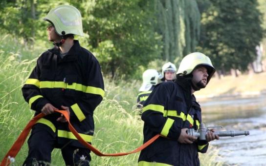 Symbolický vodní most nad řekou připomněl v Českém Těšíně tragédii, při níž se v rozvodněné Olši utopilo pět polských dobrovolných hasičů. Ostatky některých z nich nebyly doposud nalezeny
