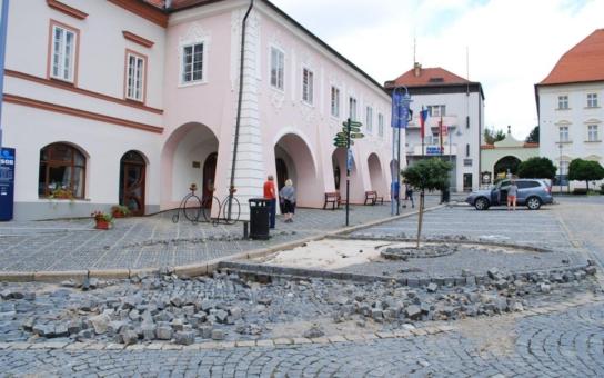 Přívalový déšť způsobil v Týně nad Vltavou škodu za miliony korun, mnohem větší než při povodni v roce 2013. Poničeno je náměstí, plovárna i kulturní dům