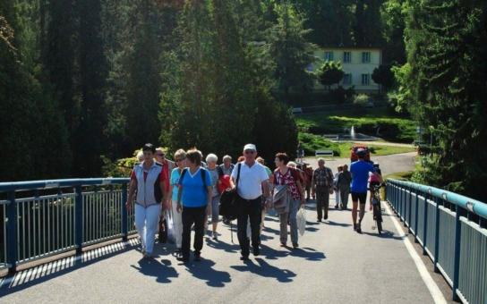 Senioři mohou i letos cestovat s Olomouckým krajem, kapacita atraktivních zájezdů byla navíc navýšena. Čekají je hrady a zámky, technické památky, mimořádné muzejní expozice i relaxace v lázních