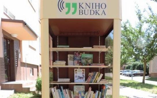 Vyřazená telefonní budka se v Malenovicích proměnila v knihobudku. Knihu si v ní můžete půjčit, věnovat, vzít nebo vyměnit za jinou. Samozřejmě zdarma