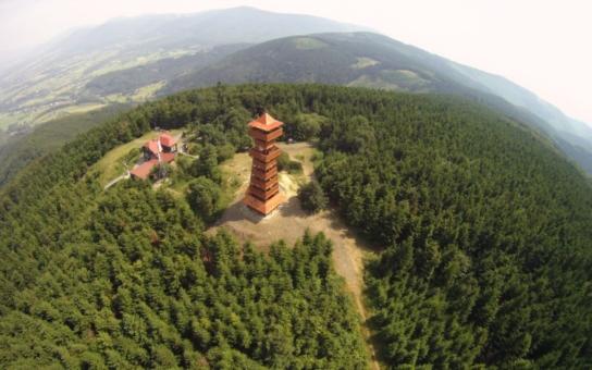 Rozhledna na Velkém Javorníku v moravskoslezských Beskydech bude v srpnu uzavřena pro veřejnost. Unikátní dřevěnou stavbu je třeba opravit a dotáhnout všechny kovové spoje