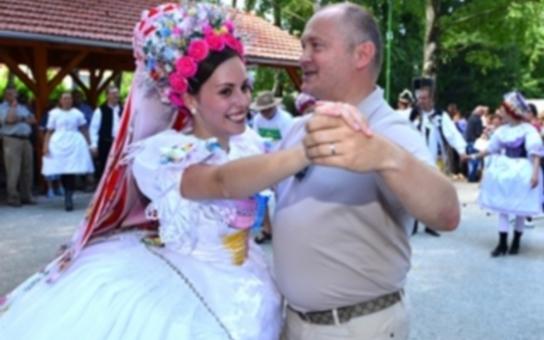 Bylo mi ctí dekorovat hejtmanskou stuhou vítězný pár a zatančit si sólo s vítězkou, říká v 'hejnu' krojů Michal Hašek