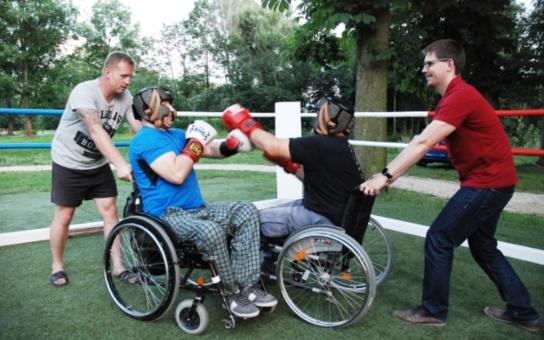 Náměstek si to rozdal s handicapovanými: Paraboxeři z Božkovského ostrova získali bezbariérový ring. Přispělo na něj město Plzeň