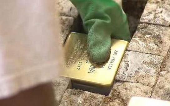 Kameny zmizelých připomínají oběti nacistického holocaustu. Tento týden se k projektu připojilo i město Náchod, na Masarykově náměstí jich najdete pět