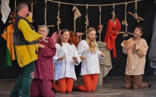 Láska na první pohled. Divadelní festival Perštejn(l)ove si získal srdce diváků. Na zámeckou akci pod širým nebem přišlo přes tisíc lidí