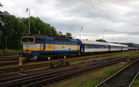 Peníze pro železniční dopravu máme jištěné od státu, pochvaluje si hejtman Pardubického kraje novou smlouvu