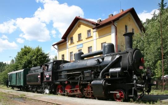 Na objevnou výpravu po stopách Antonína Dvořáka můžete vyrazit stylově - historickým parním vlakem až do jeho rodné Nelahozevsi. V progamu nechybí ani zastávka na zámku s koncertem předních klavíristů