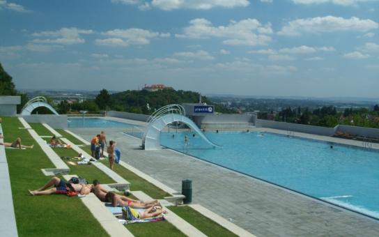 Je libo zaplavat si pod širým nebem, než se ráno vypravíte do zaměstnání? V Brně to během srpna není žádný problém
