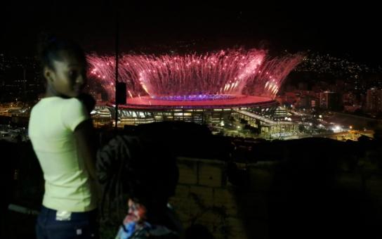 Miliony lidí sedí u obrazovek a sledují olympijské hry v Riu... Co se ale děje v zákulisí, kam kamery nedohlédnou? Kanály, co děsně smrdí, kriminalita a mizerné jídlo, prý zaplať pánbu za McDonalda