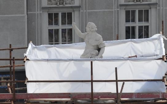 V horším stavu, než jsme si mysleli... Parnas obklopilo lešení. Restaurátoři museli začít s opravou sochy Alegorie Evropy
