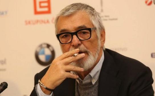 Z Bartošky udělali Boha nikotinu. Nejslavnější český kuřák se angažuje se v boji proti zákazu kouření a poslancům vzkazuje, že kouřit nepřestane