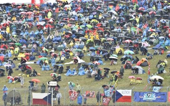 Déšť odradil řadu lidí od návštěvy Grand Prix. Policisté mírnili sváry a zabývali se i potyčkou