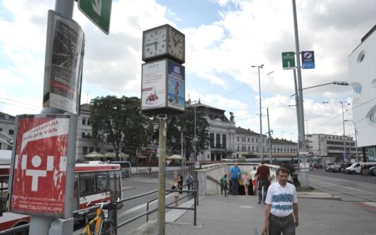 Zastavil se tady snad čas, ptají se Brňané? Nespolehlivé otočné hodiny v centru města matou kolemjdoucí.  Na čtrnácti místech!