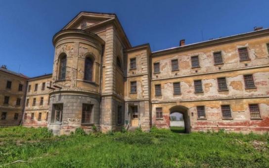 Zchátralý areál věznice v Uherském Hradišti stále čeká na převod. Přestože ÚZSVM zaslal návrh zápisu o převodu areálu předsedkyni Okresního soudu v Uherském Hradišti již 9. září, do dnešního dne nebyl podepsán
