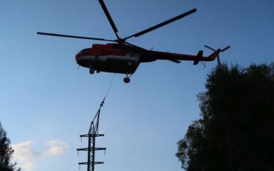 Nepřístupný terén a příkrý svah za elektrárnou v Trutnově-Poříčí neumožnil těžké technice dostatečný přístup. Energetici proto využili při stavbě nových stožárů vysokého napětí vrtulník