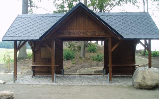 Boží muka a kamenný kříž u Kobylé nad Vidnavkou jsou opět důstojným místem. V rámci projektu za bezmála 700 000 korun vybudovaly Lesy ČR také dřevěný altán s lavicemi  a cyklostojany