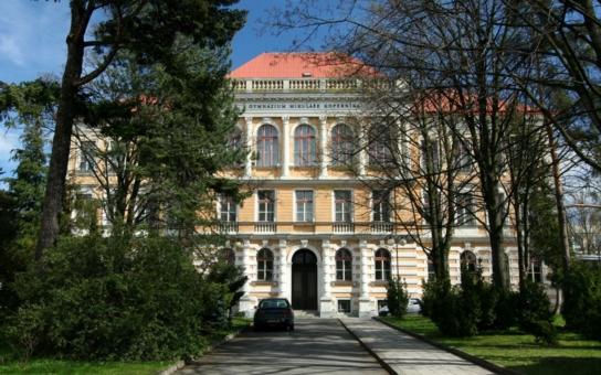 Na Gymnáziu Mikuláše Koperníka v Bílovci vyučují jazyky v ložnici. Za války si Němci udělali z historické budovy lazaret a přežila i bombardování. Jen školník o svůj byteček dávno přišel