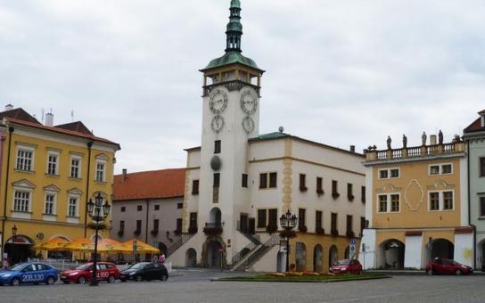 Kroměříž se oficiálně přiřadí k celosvětovému projektu, jehož součástí je umístění lavičky Václava Havla. Na její slavnostní odhalení naváže vernisáž výstavy k 25. výročí založení Klubu UNESCO Kroměříž