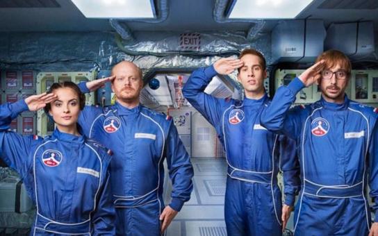 První ryze česká vesmírná posádka tvrdě trénuje v areálu Brdy 1, už brzy totiž poletí do kosmu! Anebo že by ne?