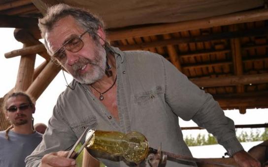 Havlíčkobrodské muzeum postavilo za rok a půl funkční repliku středověké sklářské pece. Foukání skla bylo svěřeno mistru skláři Františku Novákovi z Dobronína, odborníkovi na repliky od doby Vikingů až po baroko