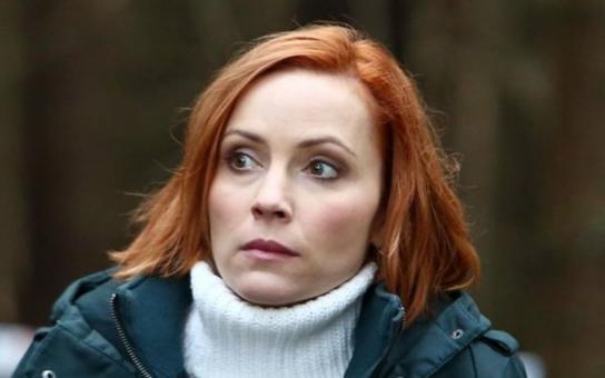 Populární herečka vypadá jako oběť domácího násilí, modřiny má po celém těle. Kdo ji bije a jak vzpomíná na vztah s ženatým alkoholikem? A proč je z ní, proboha, zrzka?