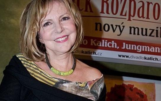 Hana Zagorová v těchto dnech oslavila významné jubileum. Je jí 70 let. Vypadá ale na 50 a suverénně vyprodává koncerty. Co stálo za jejím rozvodem s Harapesem, z jakého důvodu je bezdětná a proč měla koncem 80. let zákaz zpívat?