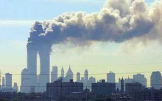 Jak to doopravdy bylo 11. září? Letecký benzín neroztaví ocelové nosníky. A už vůbec není možné, aby přitom přežily pasy únosců, a dokonce i jejich DNA. Přímým důsledkem bylo napadení svou států, připomíná Petr Adam. Něco mi tu prostě smrdí