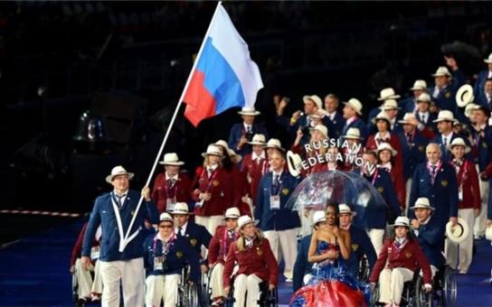 Slepci, co řídí auta? To je možné jenom v Rusku. A navíc jsou to sportovci, co měli jet na paralympiádu!