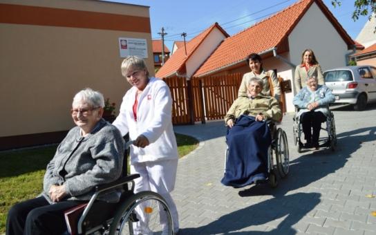 Charitní dům ve Slavkově si k dvacátým narozeninám nadělil novou přístupovou cestu a opravené nádvoří. Senioři na vozíčcích už můžou díky tomu ven a zlepšily se i podmínky pro záchranáře