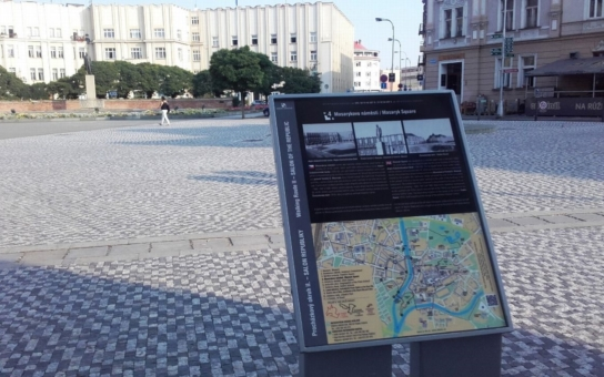 Procházky po Hradci Králové oživila téměř padesátka aktualizovaných orientačních stojanů. Upozorňují na architektonické památky a umožňují nahlédnout do historie díky dobovým fotografiím