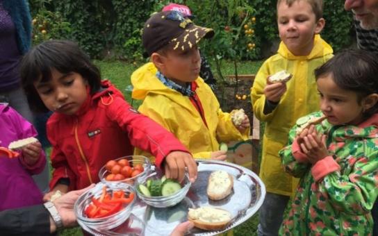Už v mateřince si děti dokážou samy vypěstovat zdravé jídlo. Ne vždy zvládnou práci jako profesionální zahradníci, ale to, co ještě před několika dny zalévaly, jim mnohem víc chutná