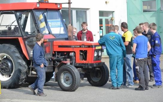 Vysloužilé traktory krajských silničářů se promění v učební pomůcku pro budoucí opraváře zemědělských strojů. Odhalené závady budou typickou ukázkou toho, co čeká studenty v praxi