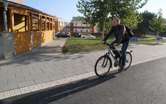 Nové chodníky i cyklostezka zpříjemní život obyvatelům olomouckého sídliště Nové Sady. Realizace úprav stála téměř 3,5 milionu korun, z nichž téměř 900 tisíc pokryla dotace z rozpočtu Olomouckého kraje