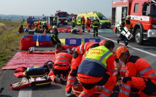 Nehoda. Prověřovací cvičení hasičů a zdravotníků skončilo až na operačních sálech nemocnic