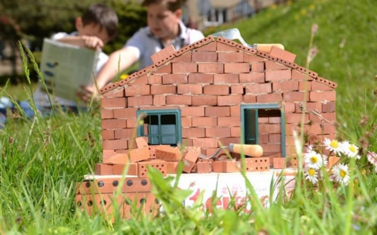 Budoucí generace vysočinských stavitelů může už ve škole stavět vlastní dům. Na základce se děti naučí pracovat se základním setem, na střední škole by se měly seznámit s náročnějšími úkoly