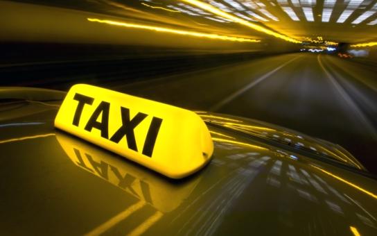 """Na taxametru místo 43 korun 430… K soudu míří první případ """"šikovných"""" taxikářů, které kryl úředník z magistrátu. """"Nejsem Červený kříž, do práce chodím pro peníze,"""" sdělil drožkař"""