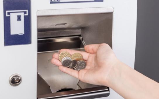 Zlíňané se dočkali jako první v celé republice, v bankomatu ČSOB mohou vkládat nejen bankovky, ale dokonce i mince. Služba zatím funguje v pilotním provozu a pro klienty banky je zdarma