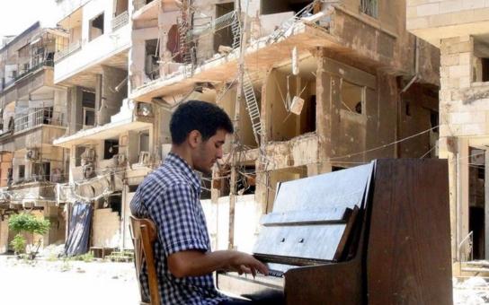 Nová vlna pozitivní diskriminace? Vítězný film festivalu Zlatá Praha vypráví příběh syrského uprchlíka. Doma nechal ženu a děti, v Německu hraje na klavír a sbírá ceny