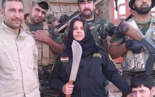 Je libo vařeného islamistu? Před tak strašlivou nenávistí se prý třesou i bojovníci Islámského státu. Irácká hospodyňka stojí v čele armády, svým obětem seká hlavy a pak je vaří!
