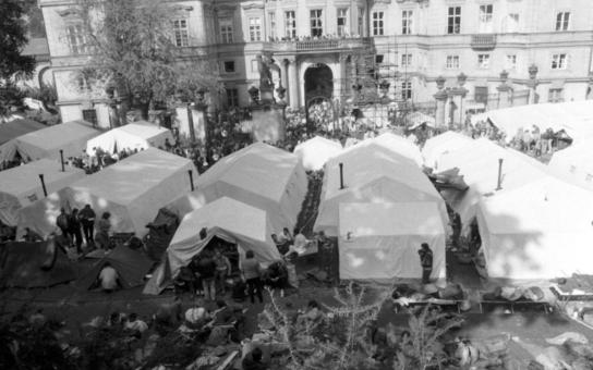 Praha, zaplavená tisíci uprchlíky. Co způsobil nedostatek toalet? Děsivá situace v utečeneckém táboře; muži i ženy se brodili ve výkalech