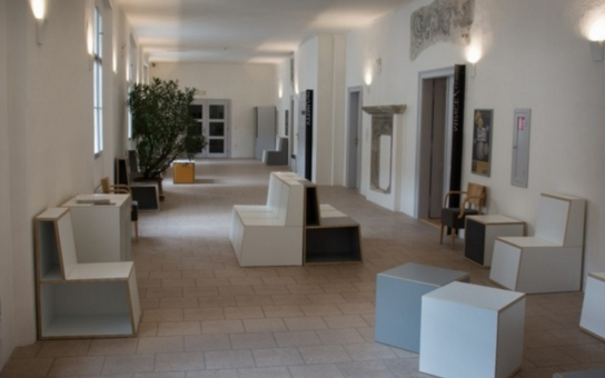 Vstup do expozic pardubického zámku se proměnil. Návštěvníky vítají prosklené dveře i nový nábytek. A tím to ještě nekončí...